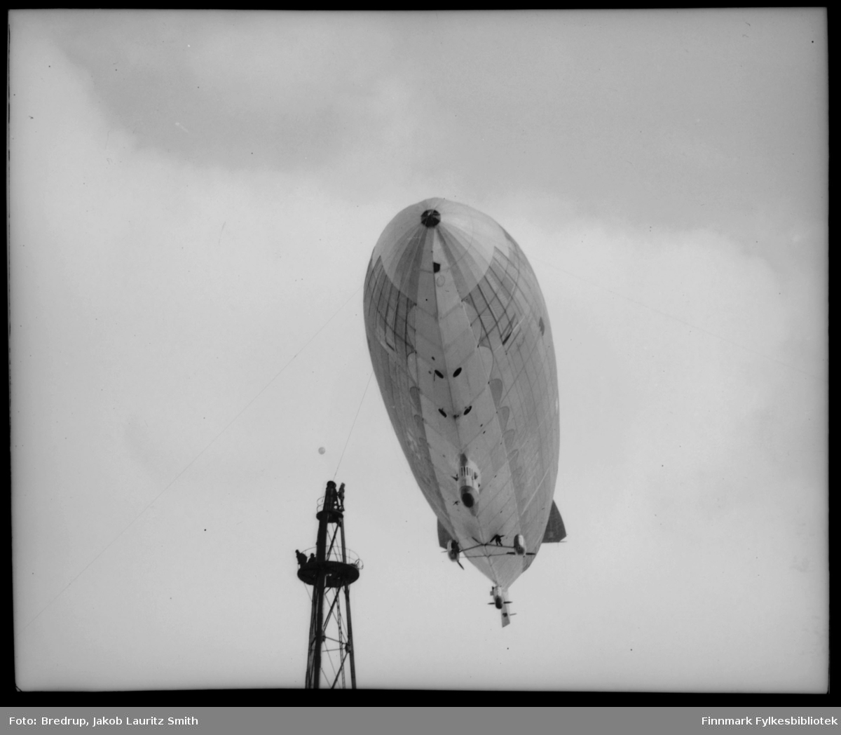 Luftskipet Norge forankret i luftskipsmasta på Vadsøya, mai 1926.  Fotografen har stått nesten rett under luftskipet, så bildet er tatt fra en interessant vinkel.  Man kan ikke lese hele navnet, men luftskipet er merket N1, og kan identifiseres som Norge.