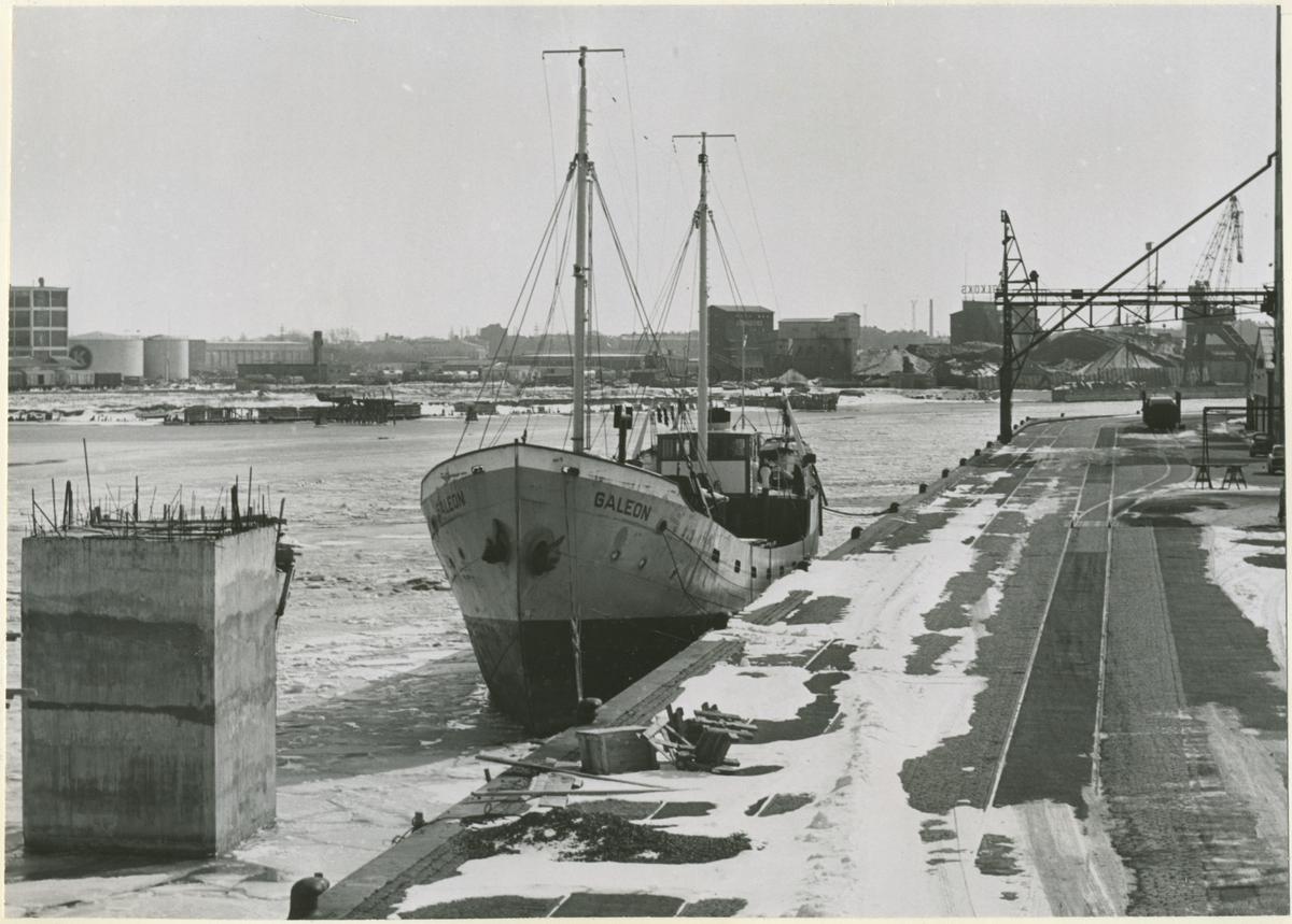 Tankmotorfartyget GALEON av Malmö. Fartyget är den enda vinterliggaren i Malmö hamn p.g.a de höga liggekostnaderna. Det bör påpekas att Hälsingborgs hamn är fullbelagd med fartyg under vinterperioden.