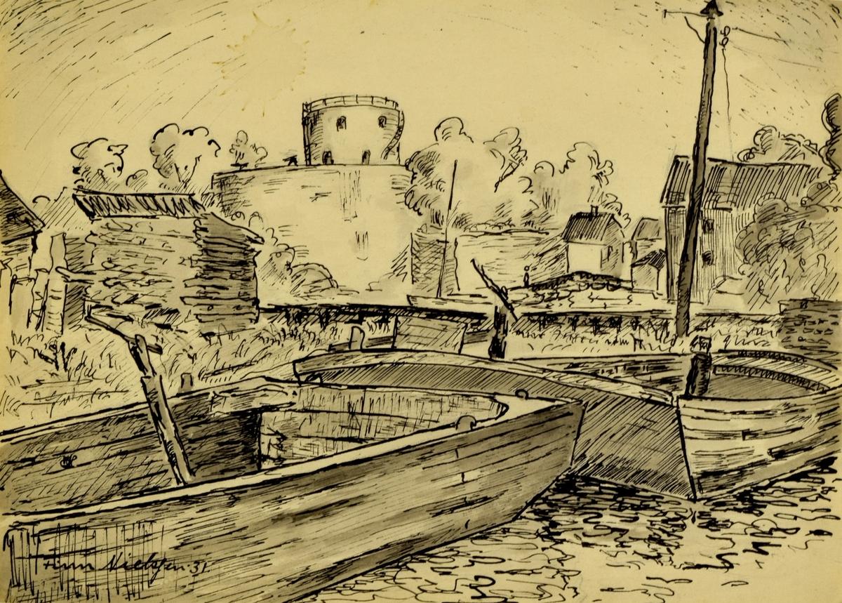 I forgrunnen to båter/prammer som ligger i vannet, bak disse gress og noen bygninger til høyre og til venstre i bildet. Til høyre i bildet er det en telefonstolpe. Omtrent midt i bakerst i bildet Christiansholm festning.