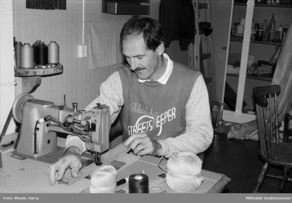 Lindome Tapetserarverkstad vid Spårhagavägen i Lindome, år 1985. Lars Fagerberg.  För mer information om bilden se under tilläggsinformation.