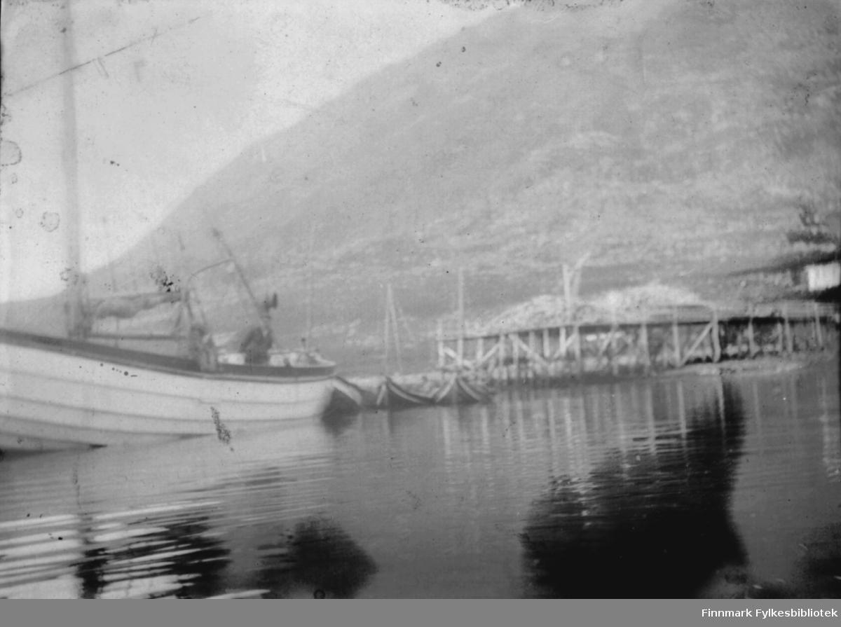 Kaier og båter. Antatt Bergsfjord, ca 1900