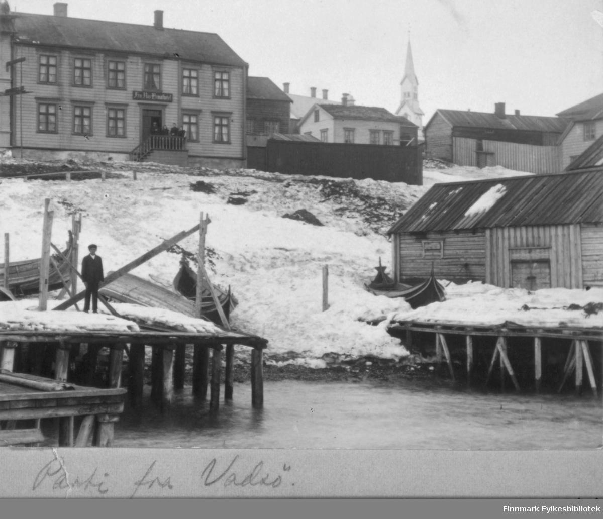 Mann på kai sentralt i Vadsø 'Parti fra Vadsø' - samme som 93008. Foto: Ellisif Wessel