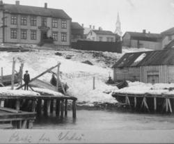 Mann på kai sentralt i Vadsø 'Parti fra Vadsø' - samme som 9