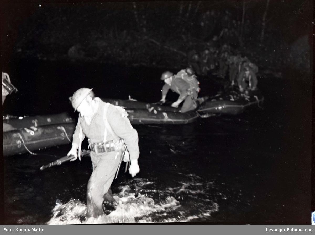 Militær øvelse med hæren og heimevernet, nattmanøver med gummibåter.