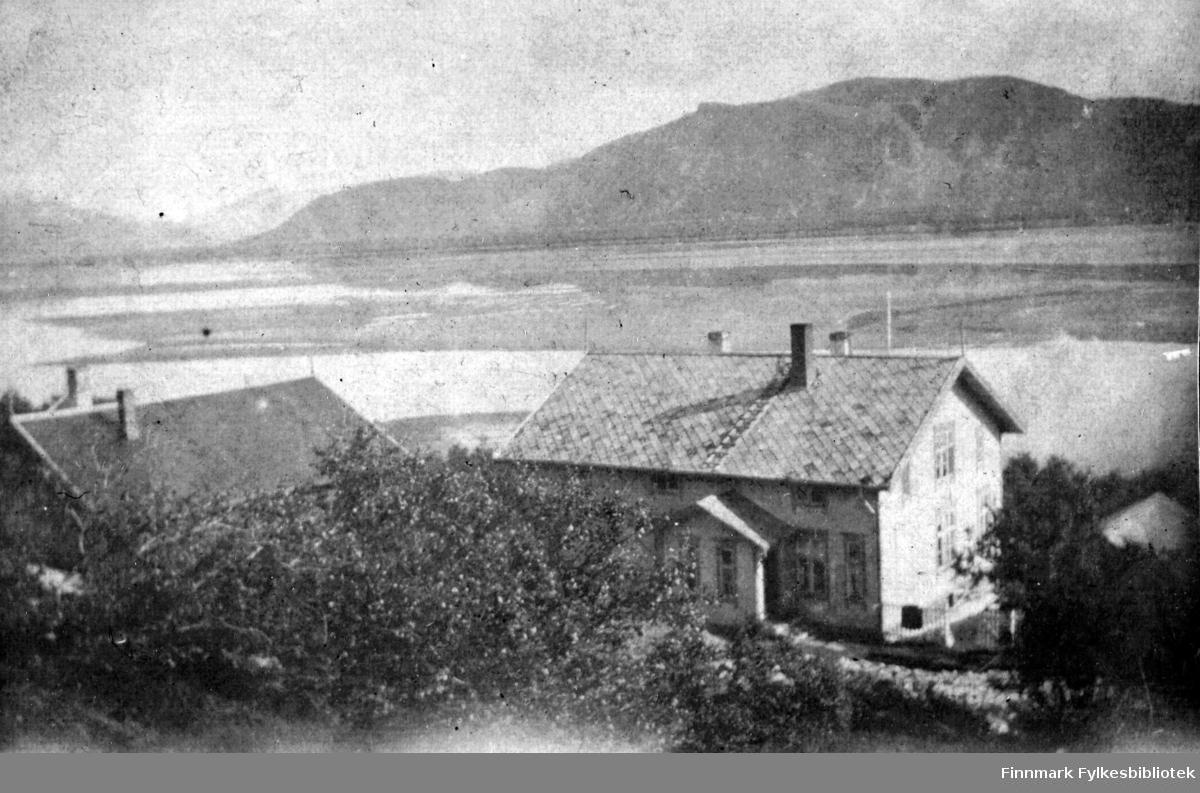 Sorenskivergården på Langnes i Tana. I bakgrunnen utsikt over Tanaelvas utløp mot Rødberget