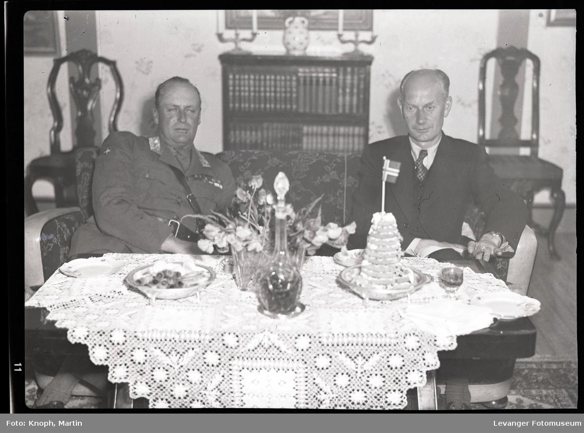 Kongelig besøk, statminister Gerharsdsen og kronprins Olav ved kafebordet.