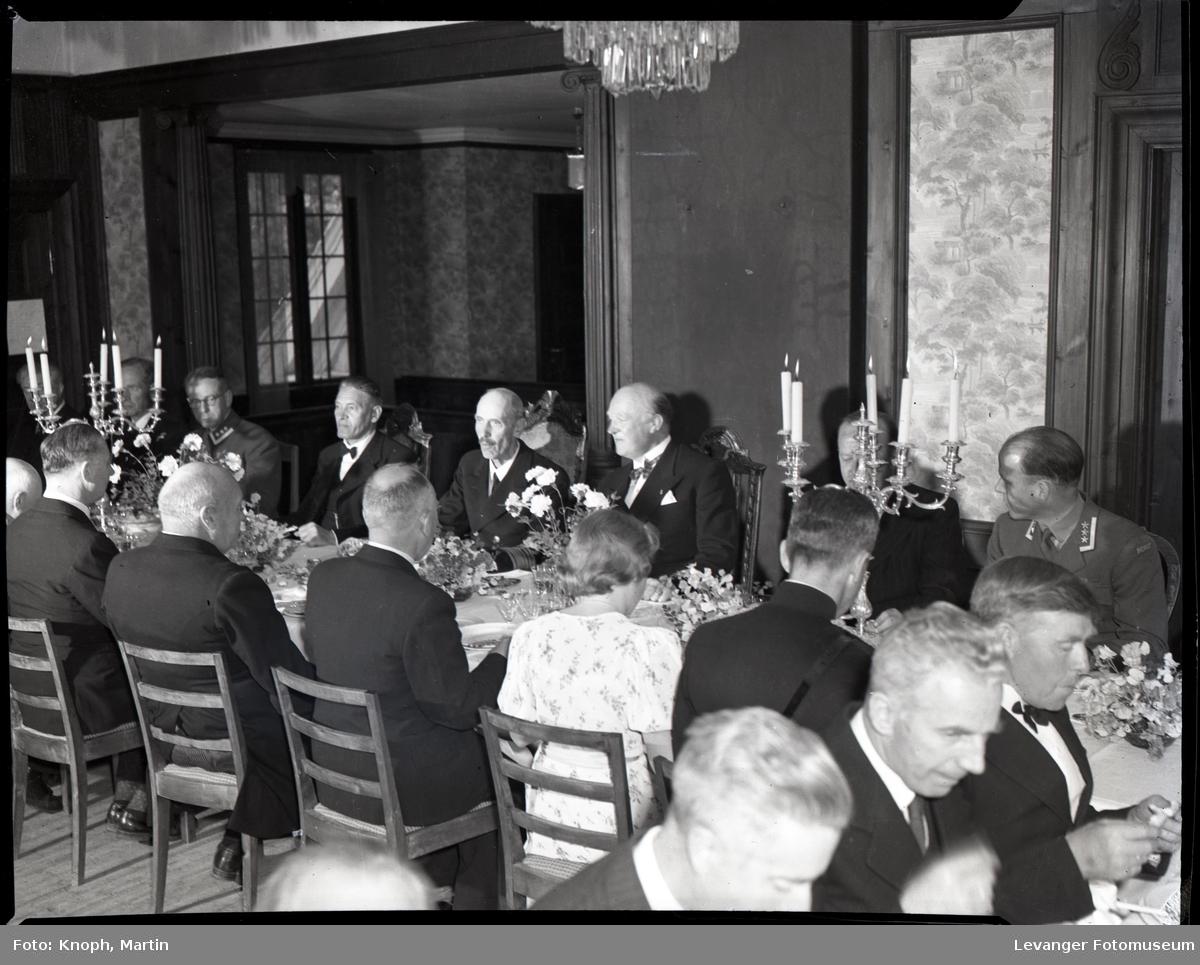 Kongelig besøk, kong Haakon spiser middag med gjester i Fylkesmannsgården.