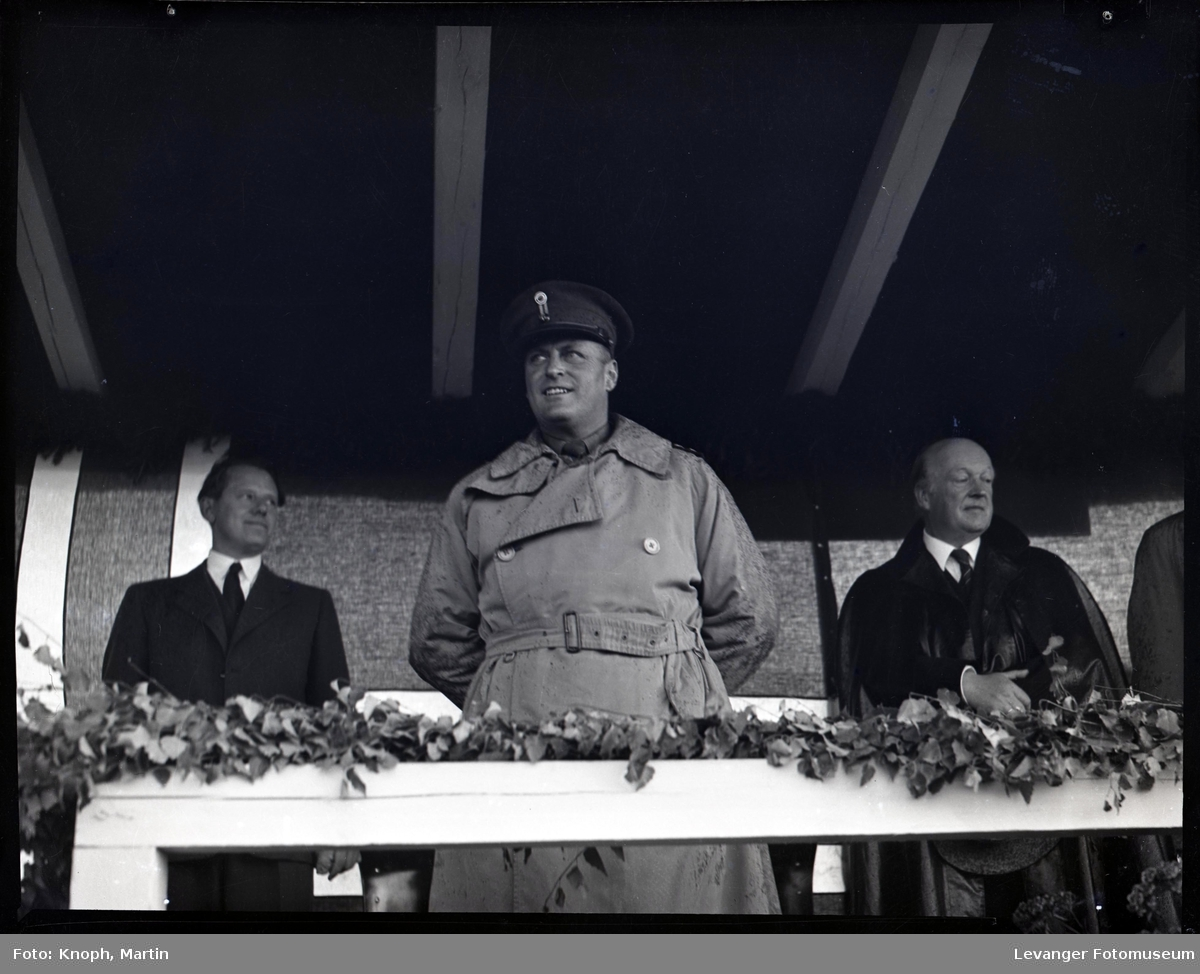 Kongelig besøk, kronprins Olav på tribunen.