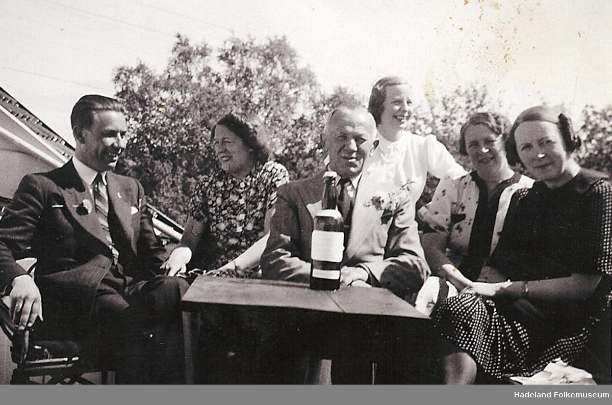 Gjester ved Marka Pensjonat i lystig lag ca. 1939.