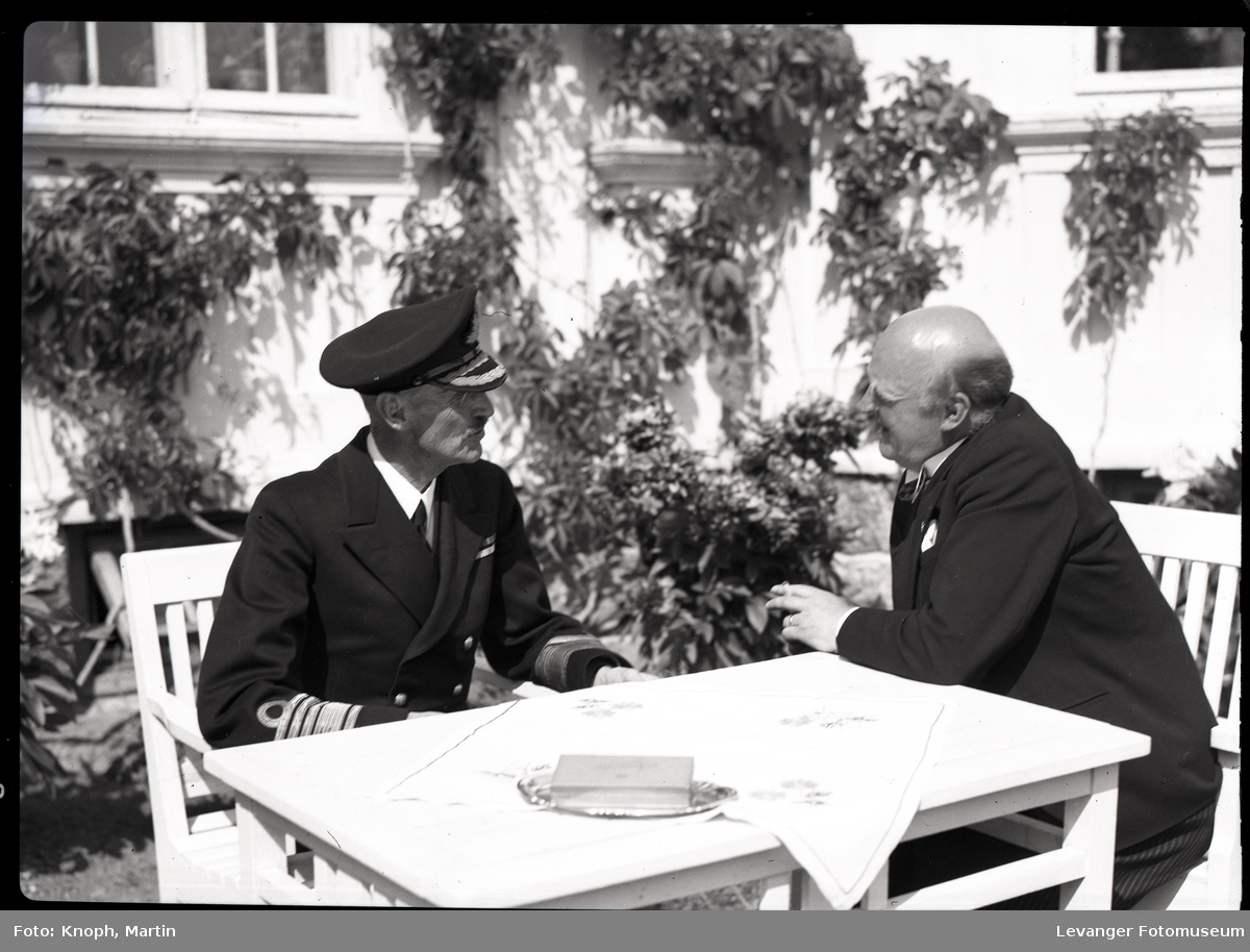 Kongelig besøk kong Haakon og fylkesmann Lindboe.
