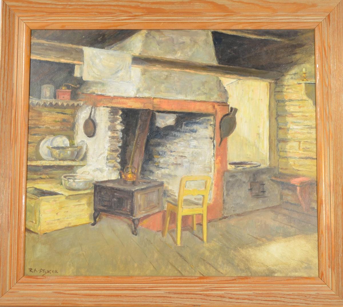 Motivet viser et interiør fra et kjøkken/stuekjøkken. I senter er en åpen peis, med en vedkomfyr stående foran. Til høyre for denne står en gul stol, og til venstre er en vedkiste med diverse kjørler og matstell på.