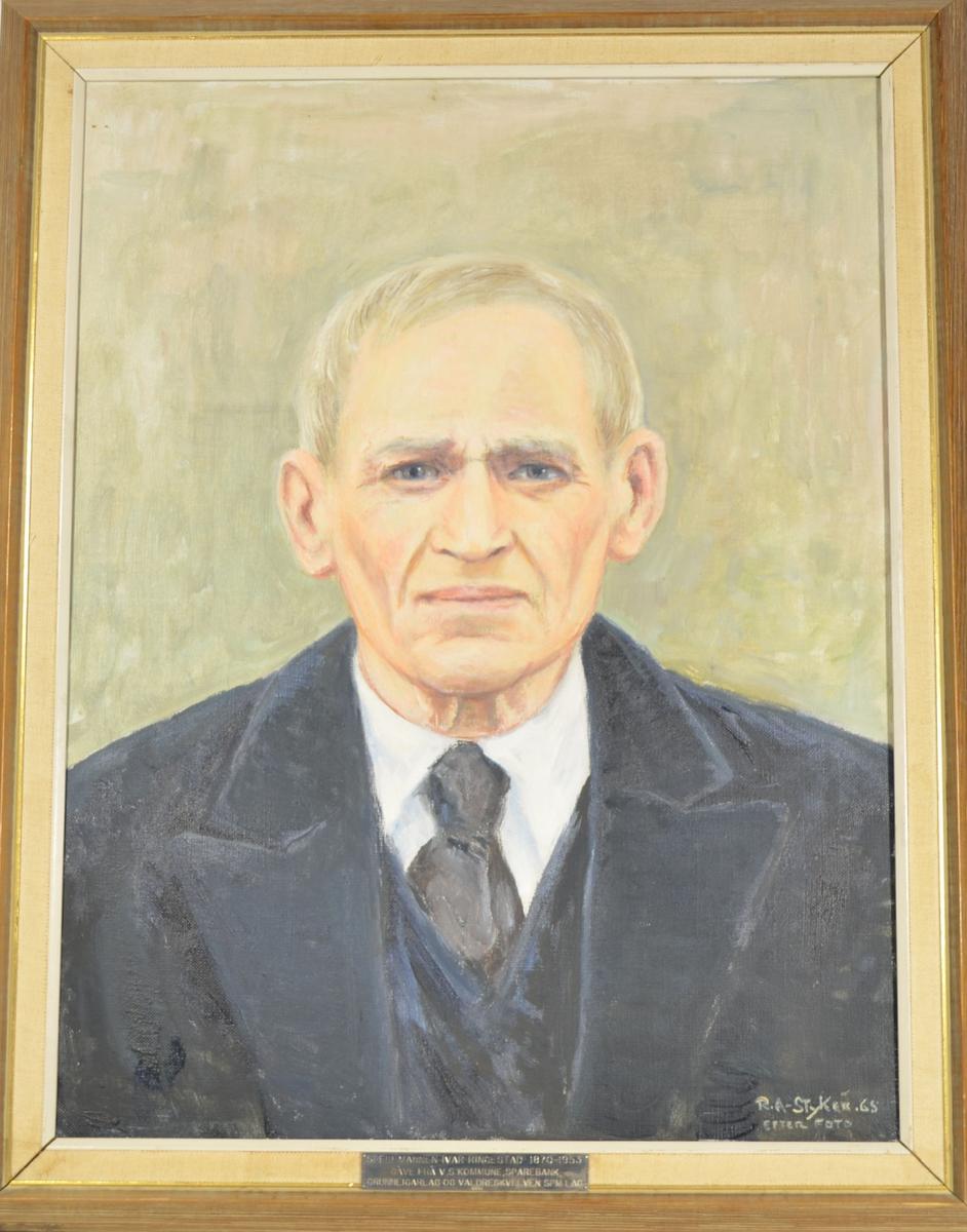 Motivet er et frontalprotrett av en mann fra skuldrene og opp. Han har på seg sort dress, og har sidekjemmet, grått hår. Motivet har en ensidig grålig bakgrunn.