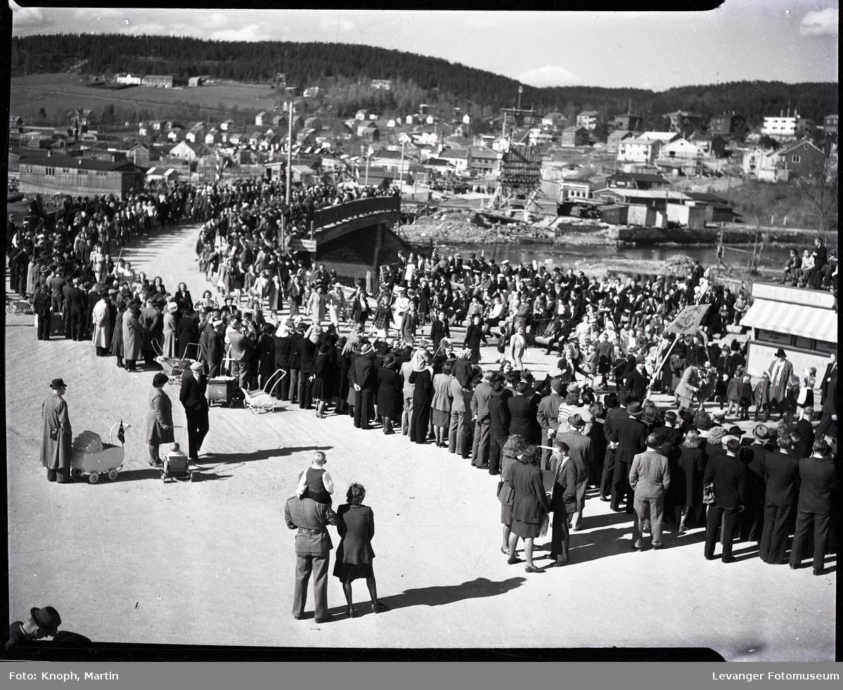 17.mai på Steinkjer. Tog over gammelbrua.