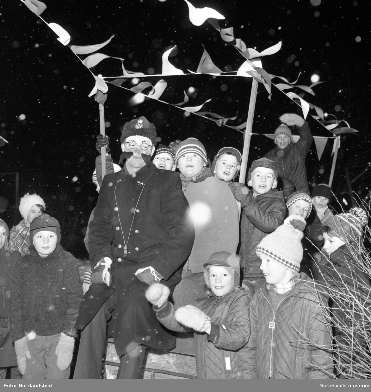 Barnfest på Sveavägen 31. Glada barn utomhus.