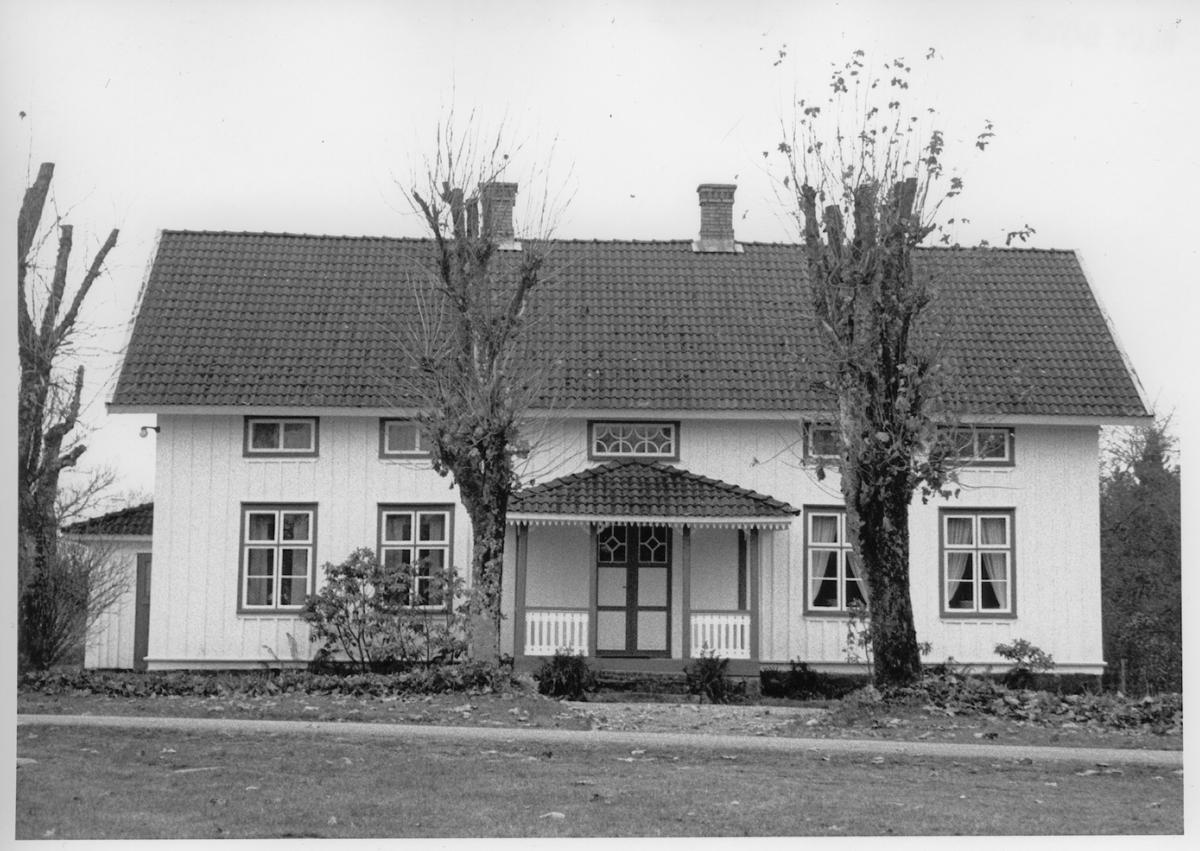 Trähus med veranda. E 280.694. Stora Spånarp  Nittorp