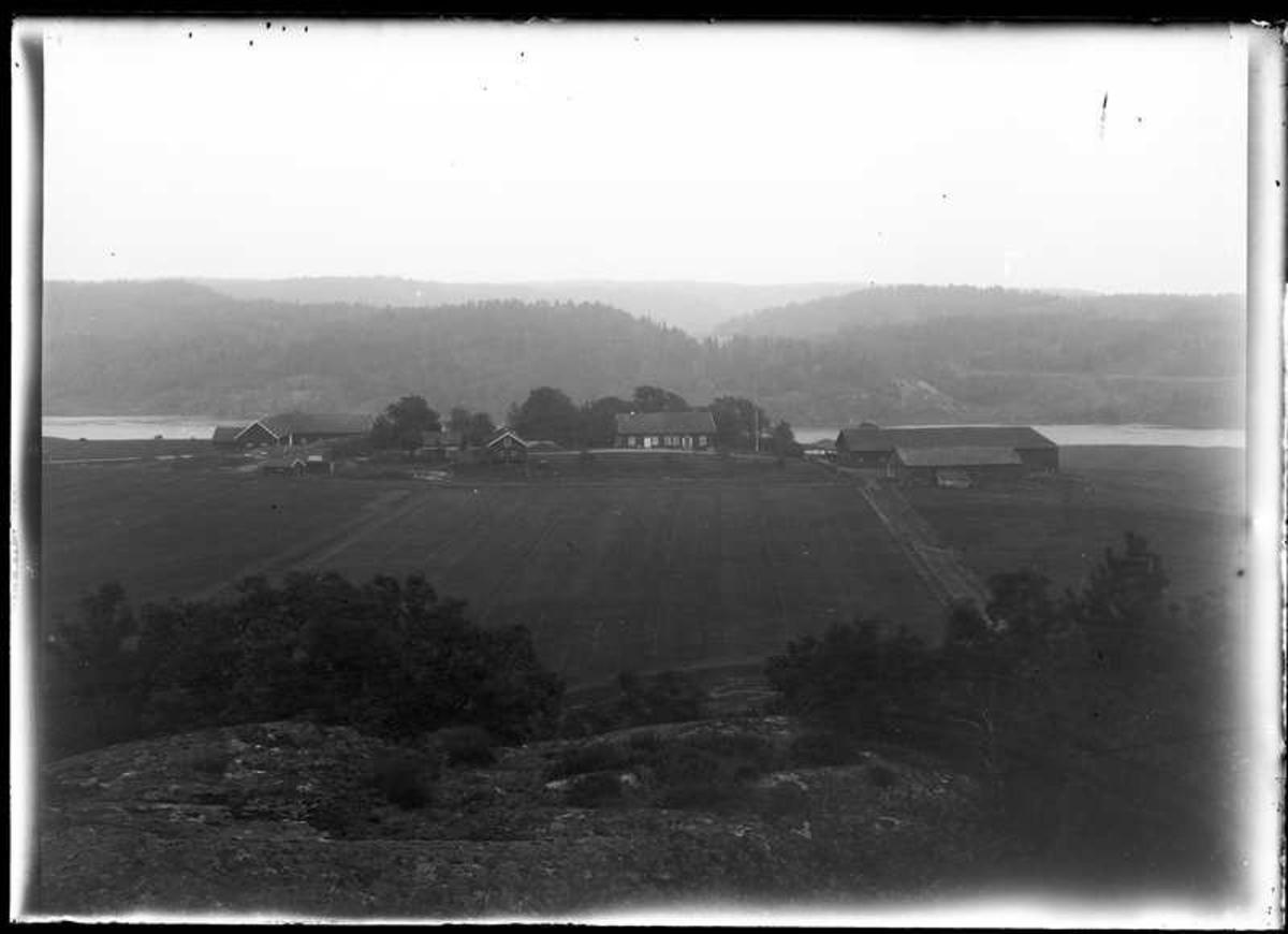 Fotot taget från kullen Karis Hage rakt fram syn gårdarna i Vestens by Lilla Edet Vesten 2:5