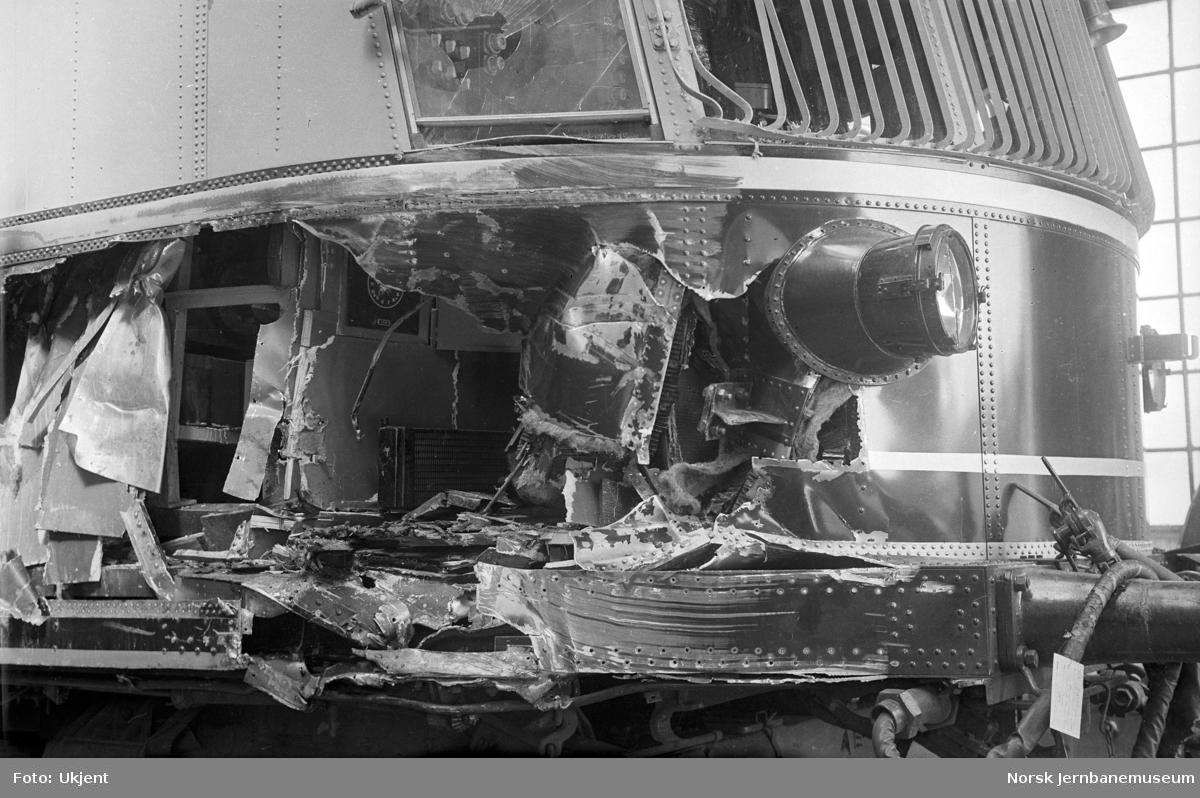 Skadet elektrisk motorvogn litra CFmeo type 106 nr. 18538 ved reparasjon på Skabo Jernbanevognfabrik
