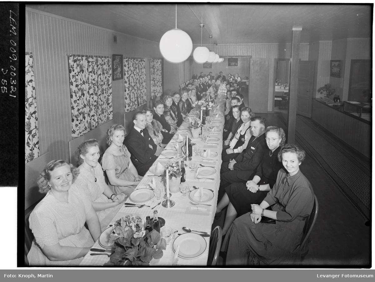 Gjester ved et festdekket bord.