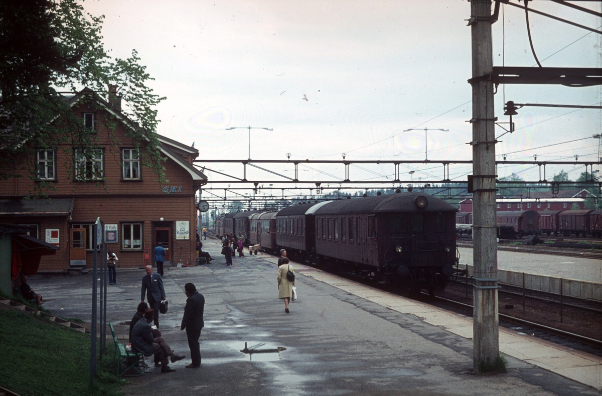 Ski stasjon. Lokaltog fra Oslo Ø har ankommet i spor 1 med to motorvognsett type 65.