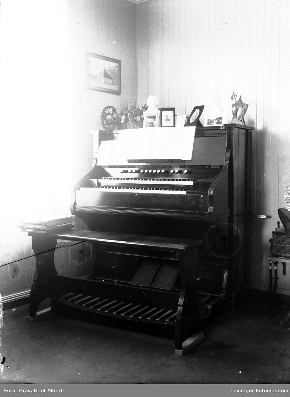 Musikkinstrument, orgel med pedaler.