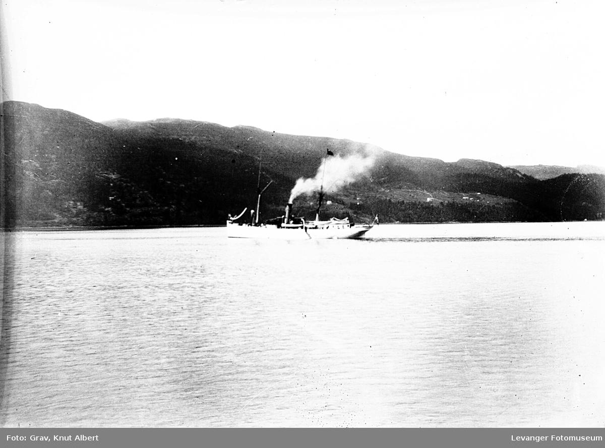 Dampskip på fjord.