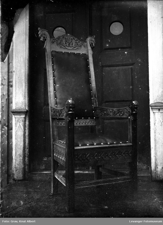 Utskåret stol med armlener, Dragemønster