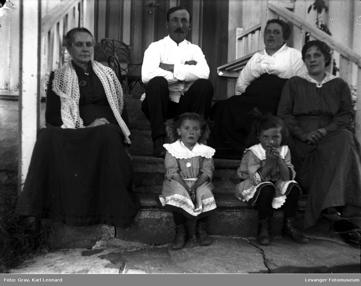 Gruppebilde, familie på trapp