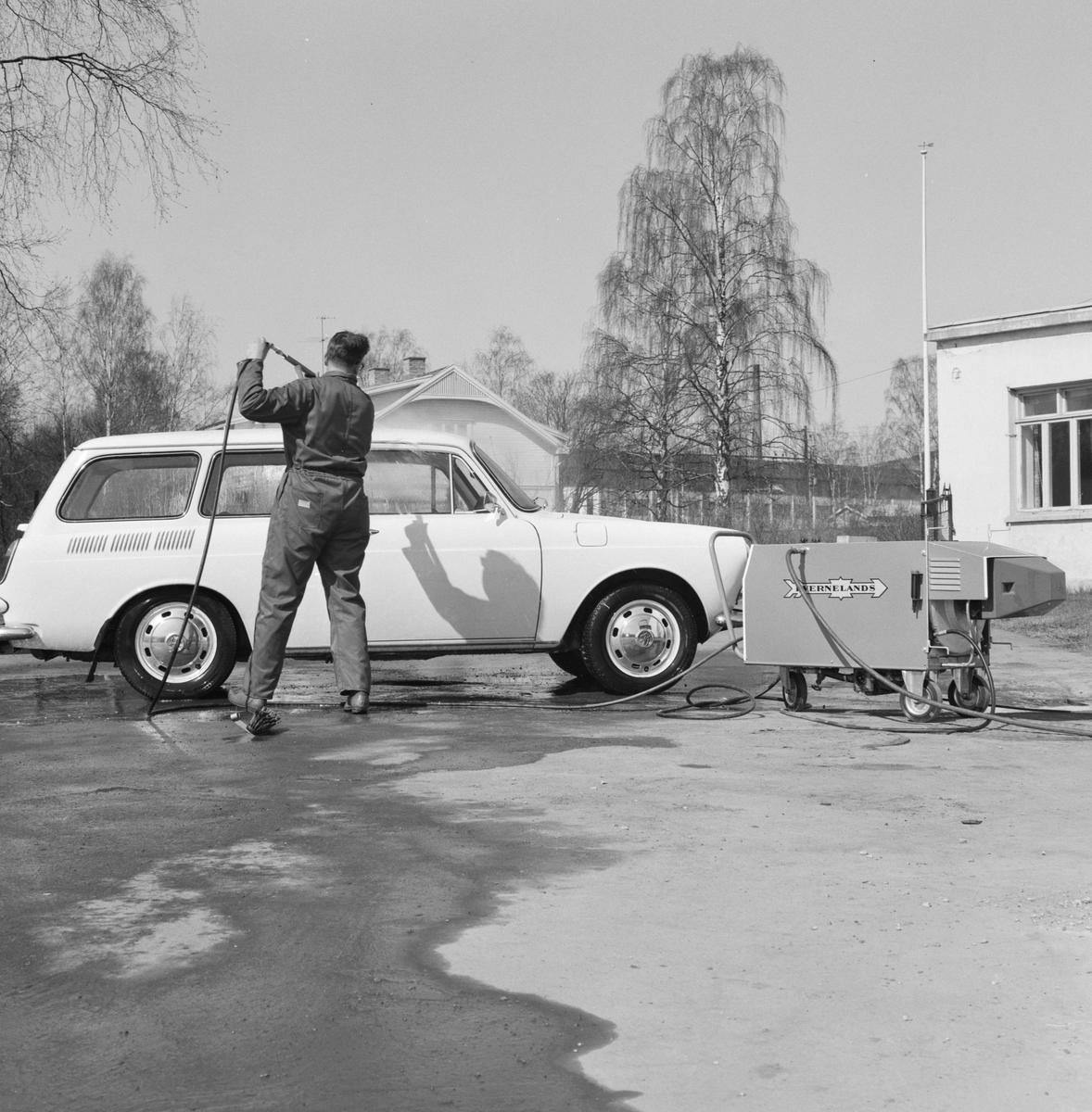 Globus Maskinfabrikk, Kverneland, Brumunddal. Demonstrasjon av  høytrykkspyler. Bilvask Volkswagen D-84394.