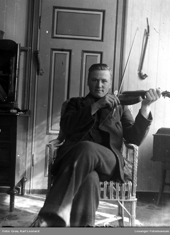 Portrett, ung mann med fiolin.