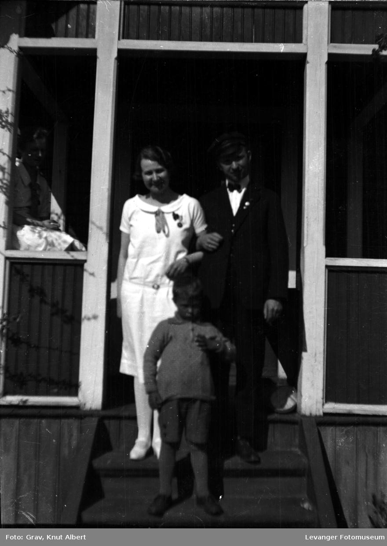 Gruppebilde, par med gutt på trapp.