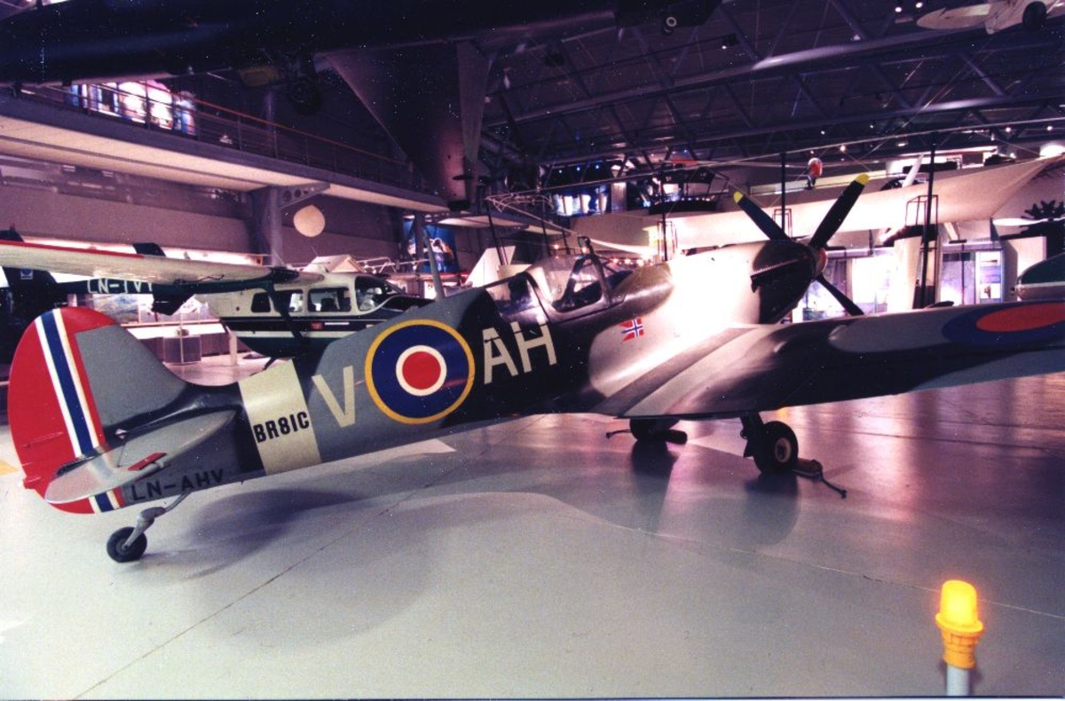 Et fly, LN-AHV, Thunder Wings Spitfire Mk.IX. Hjemmebygget flymodell. Tatt innendørs