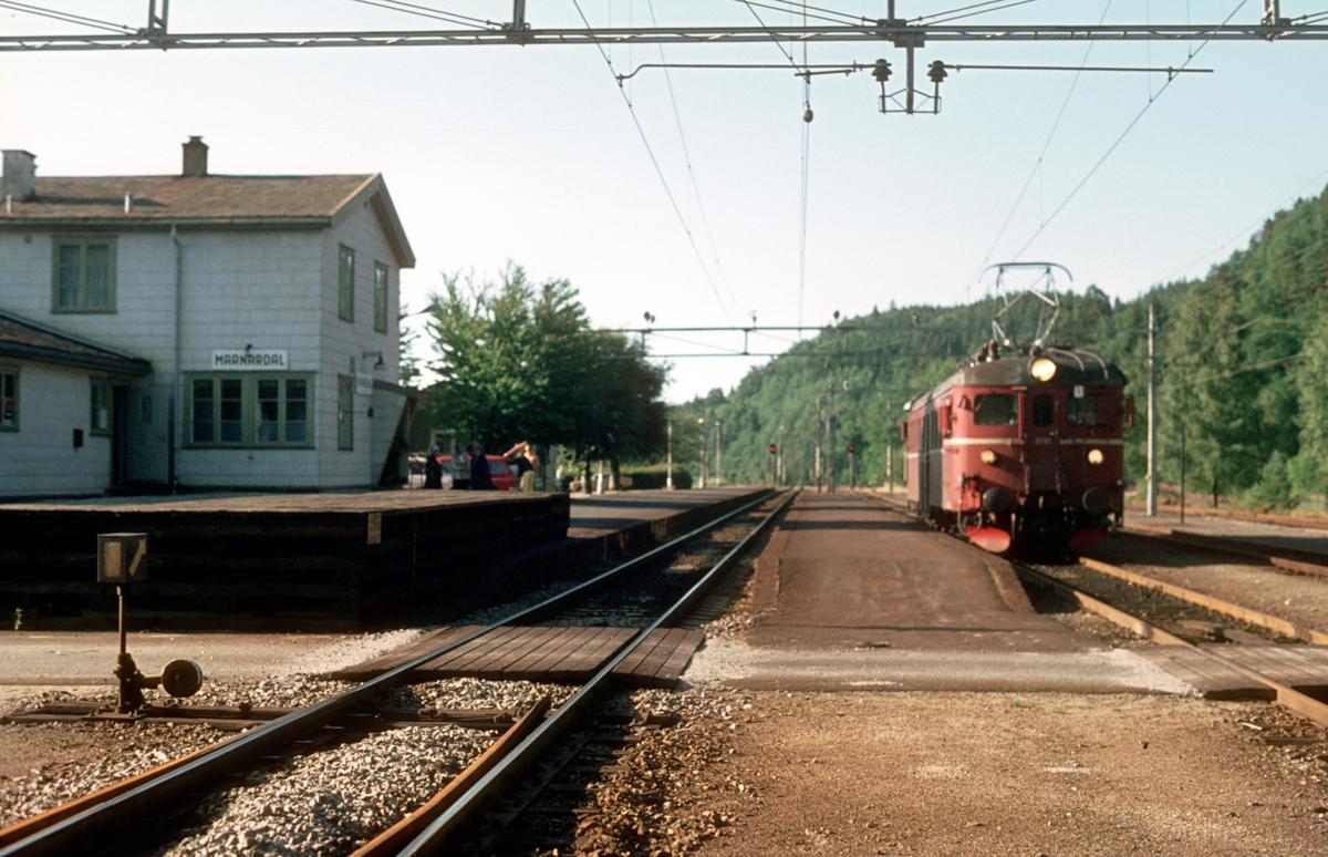 Marnardal stasjon. Lokaltog fra Kristiansand til Marnardal har ankommet i spor 2 med BM 67 05.