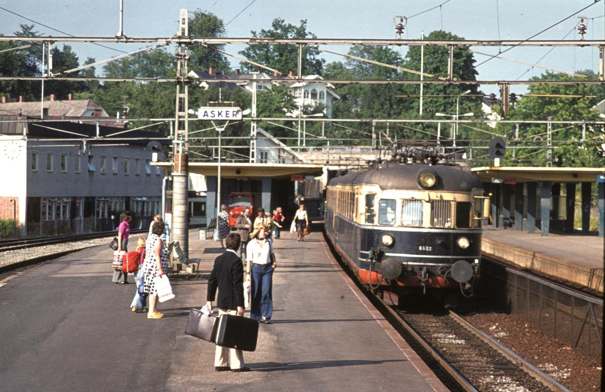Hurtigtog 811 Oslo V - Larvik med ekspresstogsett type 66 stopper i Asker. Motorvogn BM 66 02. Toget besto av to togsett til Drammen, vanligvis var bakerste sett av type 68. Dette settet gikk videre til Vestfossen.