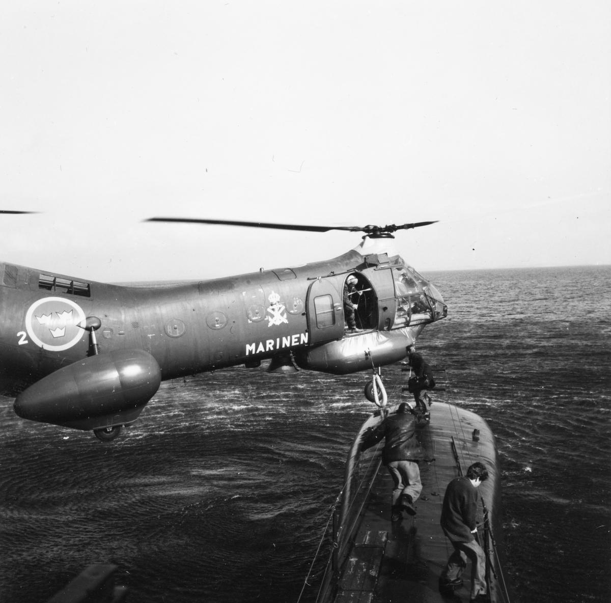 Helikopter vid U-båten Makrillen till sjöss.