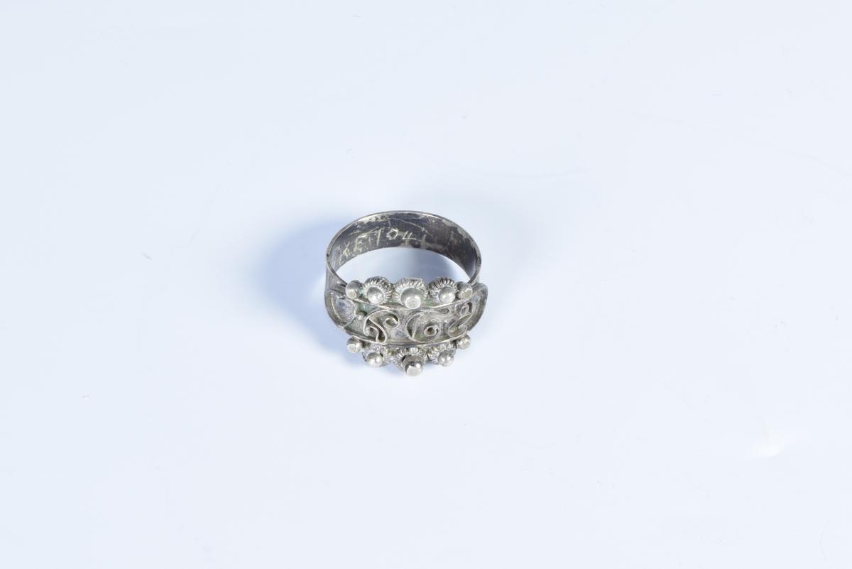 Sølvring med initialer.