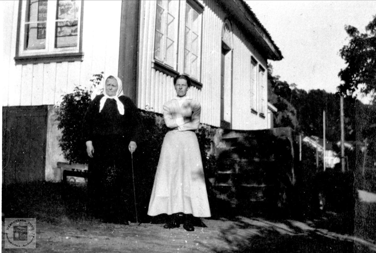 Mor og datter Skjævesland, Øyslebø.