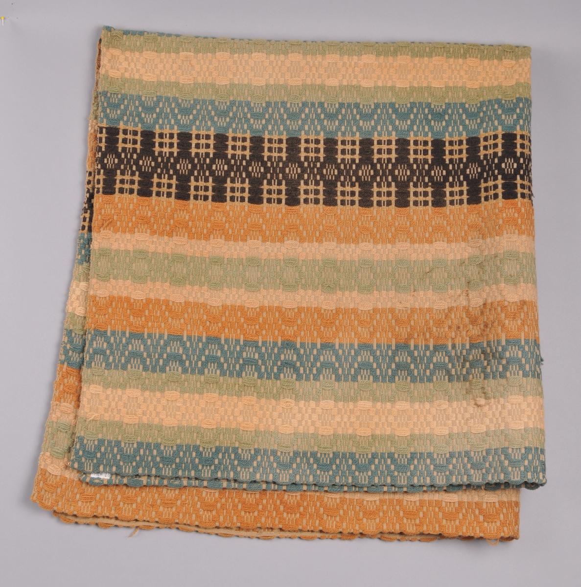 Teppe vevd i skilbragdteknikk, striper i ulike bredder og fargar. Botn av bomullsgarn (Java-binding) og innslag av Rauma strikkegarn i turkis, lysgrønt , beige, orange og brunsvart. To bordar er brunsvarte. Teppet er sett saman av to like breie høgder som er sydd saman  med maskin. Bretta dobbelt og falda med hand.