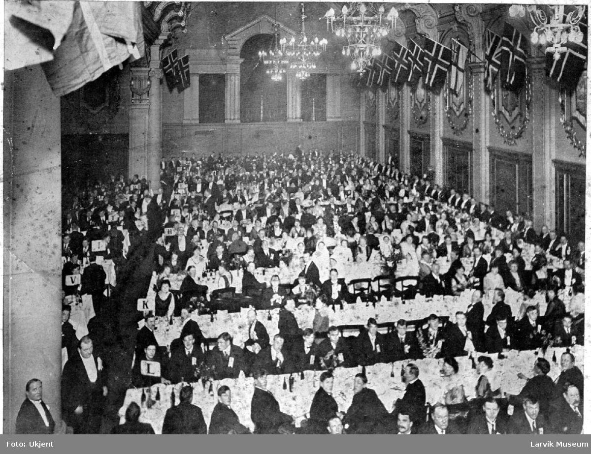 gruppebilde, festkledte mennesker i en stor sal