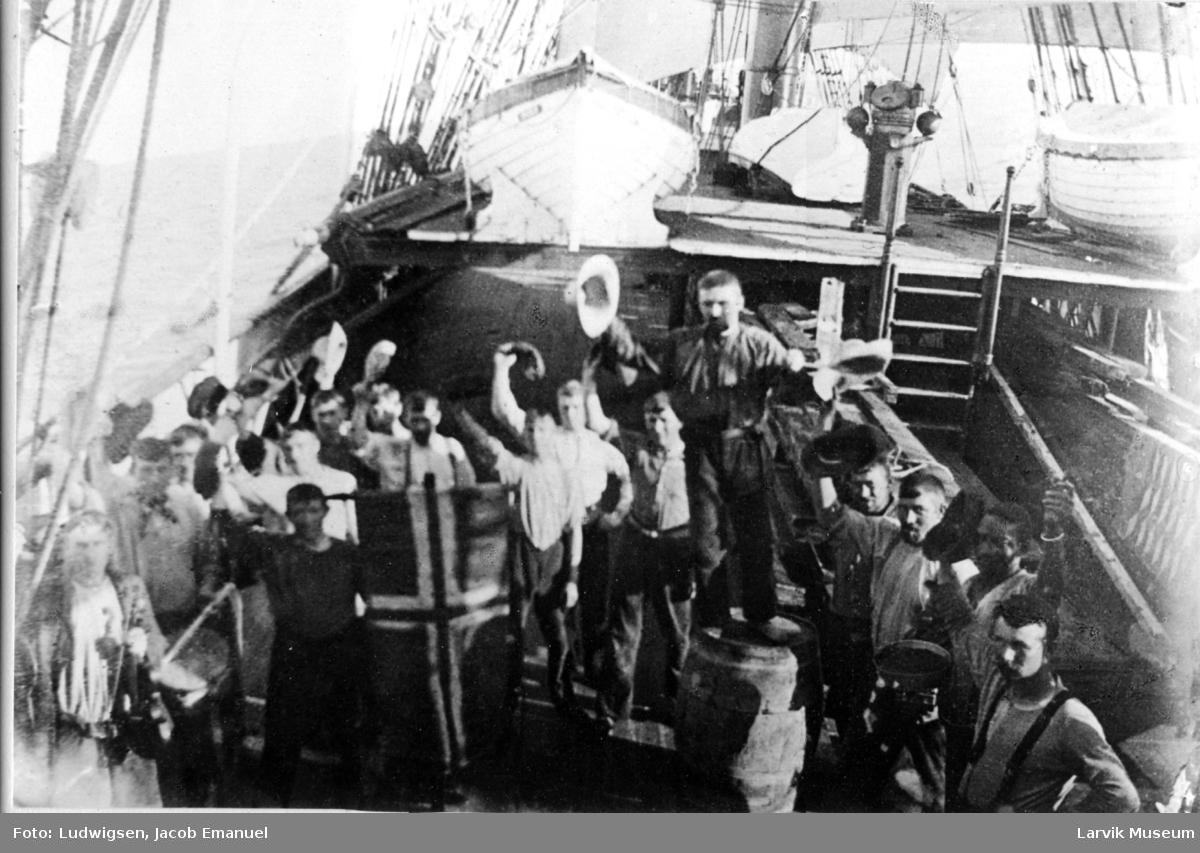 Båtmannskap feirer 17 mai på fullriggeren Ingrid