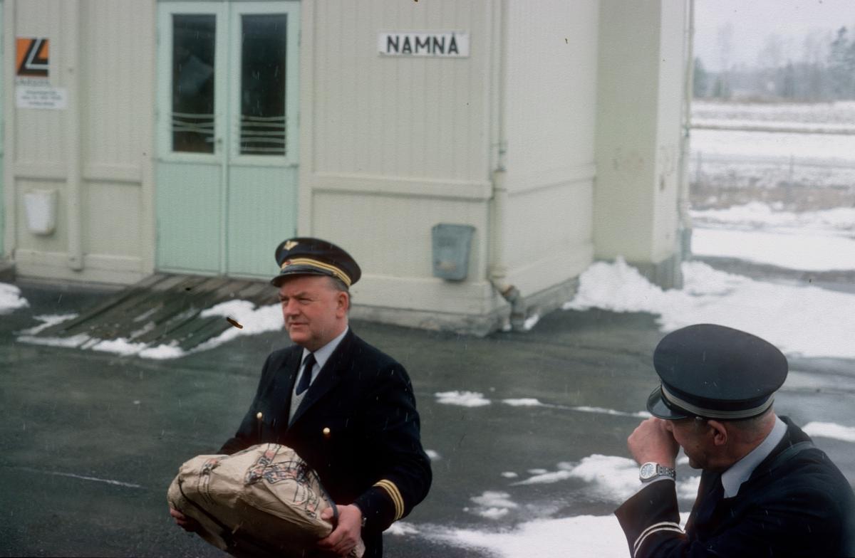 Togfører (overkonduktør) i persontog 1081 og togekspeditør på Namnå stasjon. Ekspressgods ble sendt med persontog.