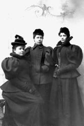 Tre kvinnor i svarta dräkter. 825515d0d3b1d
