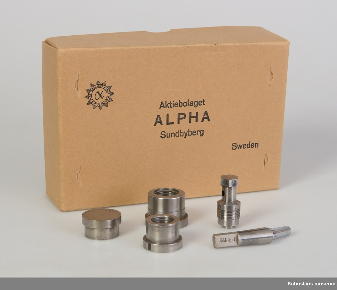 Pressverktyg i pappkratong märkt Aktiebolaget ALPHA, Sundbyberg.