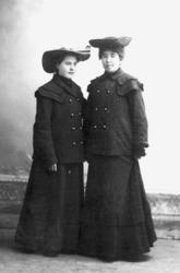 Två kvinnor i hatt. 7fe60205a1ae7