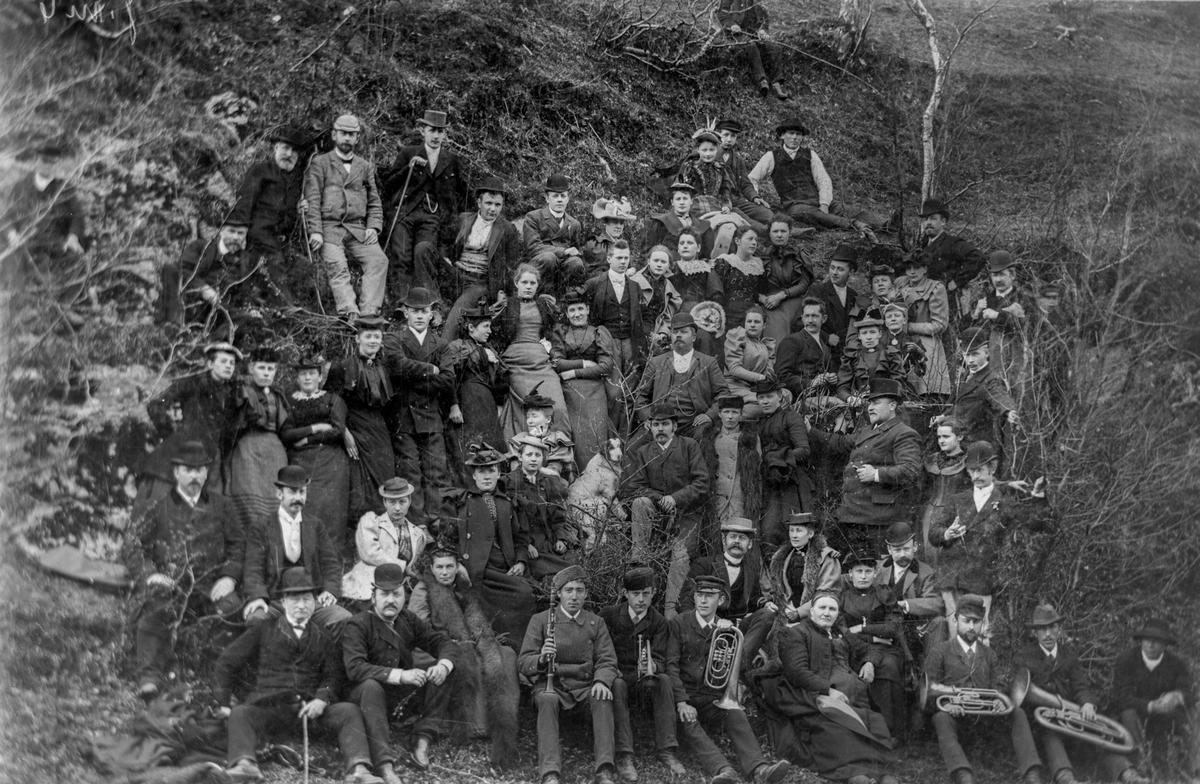 Utflukt til Vågedalen i 1893. Det var Egil Eide, nylig hjemvendt fra Amerika som fikk turen i stand. Tyske musikere ble leid inn til å være med p å turen.