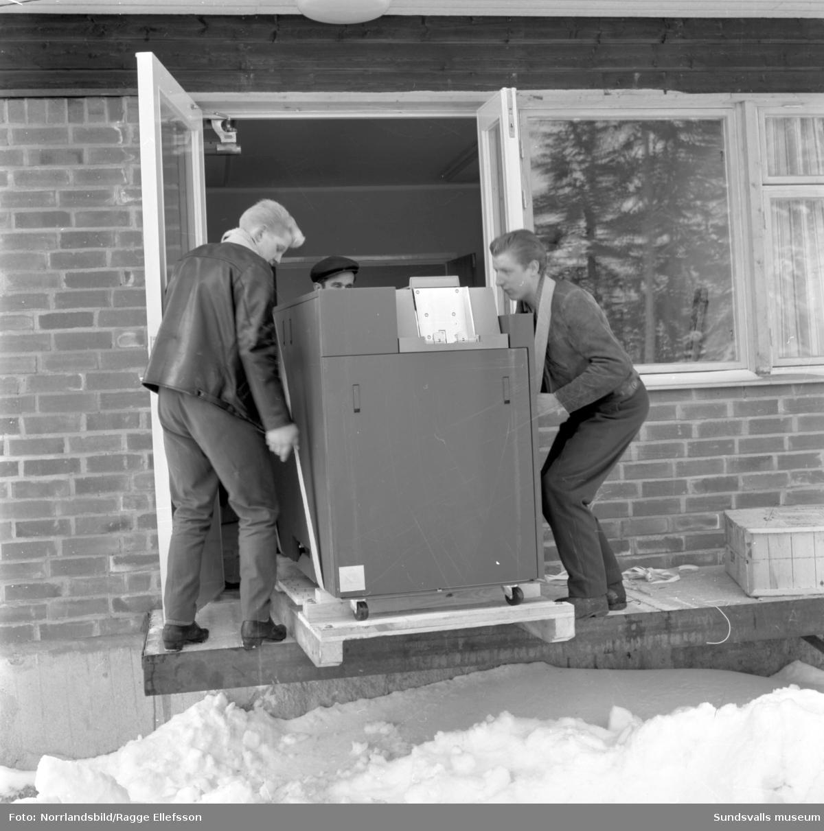 IBM-maskinerna anländer till Skogsbrukets datacentrals nybyggda lokaler på Södra Allén.