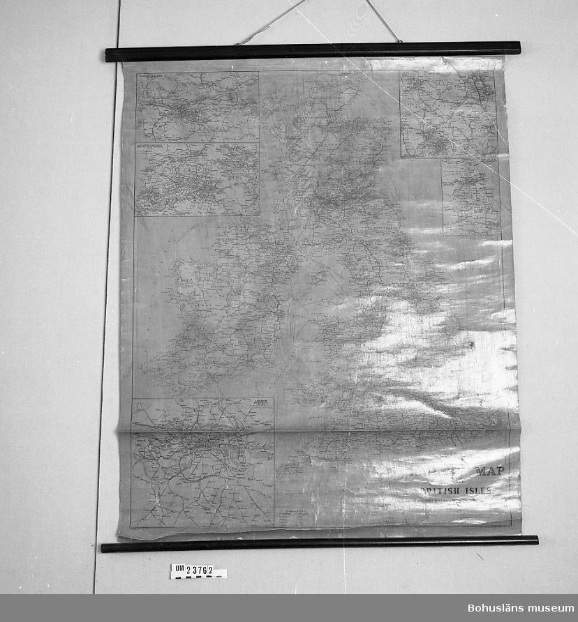 """""""Philips Railway Map of the British Isles. With large scale inset map of the principal idustrial centres"""". Använd av AB William Thorburn & Söner, Uddevalla, som bland annat hade havreexport till England. Använd på kontoret för kännedom om engelska järnvägsförbindelser.  Tryckt, kolorerad karta med skyddshinna av linoljefärg, nu gulnad. Upp- och nedtill svarta trälister.  1823 flyttade skotske affärsmannen William Thorburn till Uddevalla. Han lade grunden till ett familjeföretag som under ett och ett halvt sekel hade största betydelse för Uddevallas ekonomi. William Thorburn tog fasta på den engelska efterfrågan på havre till alla de hästar som drog Londons cabs och landsvägsdiligenser. Firman Thorburn och söner köpte upp havre från bönderna i Bohuslän, Västergötland och Dalsland. Jordbruket inriktades alltmer på havreodling.   1867 startade William Thorburn ångbåtsförbindelse Uddevalla - London under namnet Ångbåtsaktiebolaget Avena. Avena betyder just havre. De ingående fartygen var S/S Avena, S/S Sitona, S/S Annona och S/S Pollux.   Litt:Thorburn, Bertil: Willm Thorburns söner:ett blad ur den svenska havreexportens historia   Thorburns söners aktiebolag, Uddevalla 1951."""