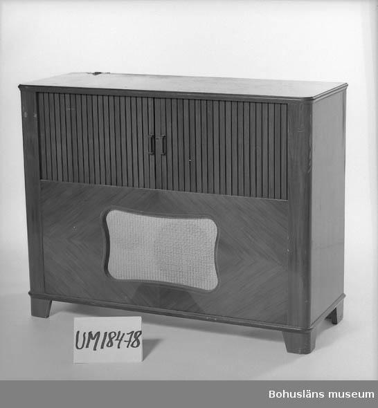 """471 Tillverkningstid 1940-TAL 410 Mått/Vikt !B.103    H.81  DJ.40 106 OCM *207-405 10 Radiogrammofon, märkt: """" Philips Grammofone.Typ 2975/21v  växelström 20 50p/s """" """"Made in Sweden""""."""