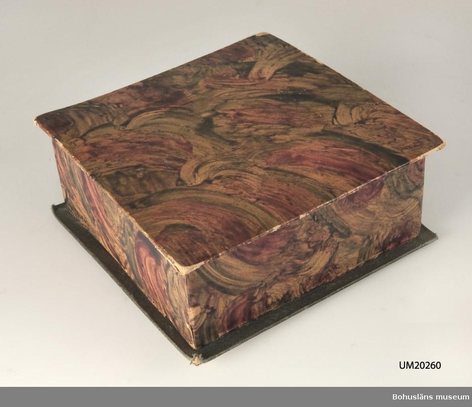 782 Förv från *.2. 471 Tillverkningstid 1930-1940 410 Mått/Vikt !L.16,9.B.16,9.H.6,8.C 106 OCM *296-415 594 Landskap BOHUSLÄN 503 Kön KVINNA 010 Närmast kvadratiskt skrin prytt av marmorerat papper.Se bilaga.