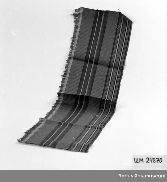 471 Tillverkningstid 1935-1975 594 Landskap BOHUSLÄN 601 Randig. Inslag: Grönt, brun-röd, gul och svart. 610 Ytterligare uppgifter om gåvan UM 24798 - UM 24 883 se UM 24798.