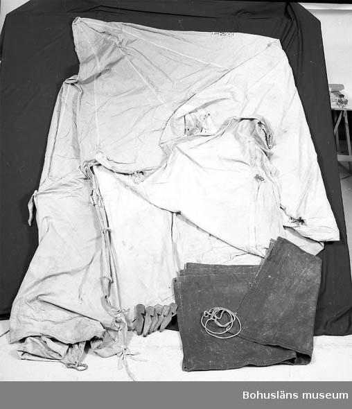 Bottenduk av oljad bomull eller linne. Överdel av impregnerad bomull.  Tältstång (UM25000) och  tältpinnar (UM24994:1-5), hörtill. Bottenduk L:268 B:220 cm. Överdel L:300 B:220 cm.